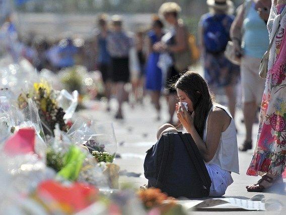 V Nice útočil jednatřicetiletý Tunisan Mohamed Lahouaiej Bouhlel, s nákladním vozem vjel do davu, 84 lidí zabil a několik set zranil.