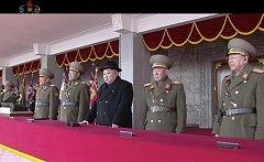 Severokorejský diktátor Kim Čong-un přihlíží vojenské přehlídce