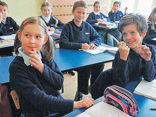 MÓDAMIZÍ ZE ŠKOL. Žáci základní školy v Olštýně si na uniformy zvykali už před prázdninami.