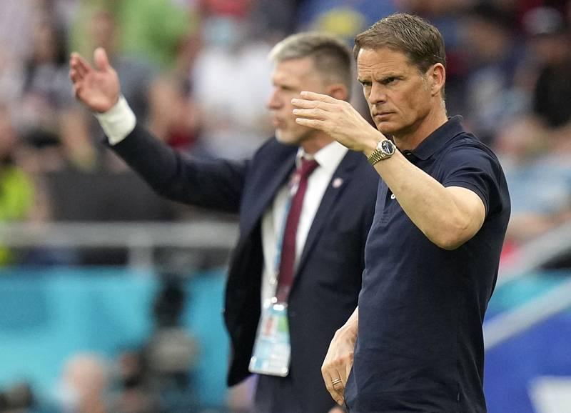 V popředí trenér fotbalistů Nizozemska Frank de Boer, za ním trenér Česka Jaroslav Šilhavý.