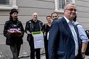 Hlasování o důvěře vlády Andreje Babiše 11. července v Poslanecké sněmovně v Praze. Protest před budovou Sněmovny. Miroslav Kalousek.