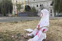 Příznivci iniciativ Islám v ČR nechceme a Blok proti islámu dnes ráno instalovali na několika místech v Praze torza ukamenovaných žen, jejichž prostřednictvím chtějí upozornit na údajné nebezpečí islámu.