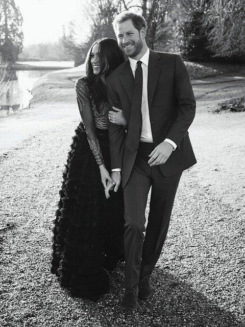 Britský princ Harry a Meghan Markleová pózují  na oficiálních snímcích poprvé od oznámení zásnub.