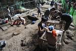 Vědecký tým během prozkoumávání naleziště ostatků Homo luzonensis