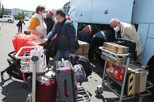 Ze třetího terminálu pražského letiště v Ruzyni odletěl ruský vládní speciál, který dopraví do Ruska část diplomatů a zaměstnanců ruského velvyslanectví vyhoštěných z Česka kvůli kauze Vrbětice.