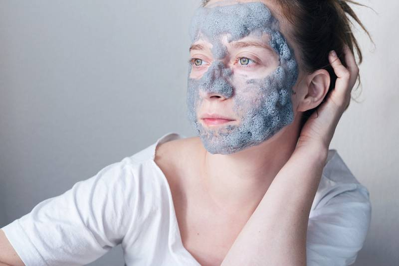 Při výběru kosmetiky se nyní zaměřte hlavně na hydratační přípravky, které obsahují kyselinu hyaluronovou, výtažky z aloe vera a glycerin.