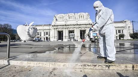 Dezinfekce prostranství před nádražím v Miláně