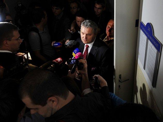Předseda správní rady slovenského Ústavu paměti národa (ÚPN) Ondrej Krajňák vychází z jednací síně Okresního soudu v Bratislavě, kde byl 26. června vynesen rozsudek ve věci žaloby ministra financí Andreje Babiše.