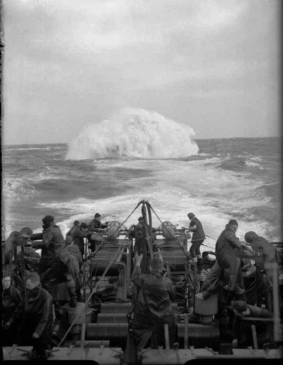 Erupce hlubinné nálože za zádí lodi Starling, která ji svrhla. Šalupa se podílela na zničení 14 nepřátelských ponorek