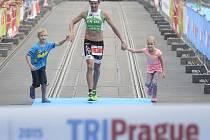 Triatlonista Filip Ospalý se svými dětmi v cíli závodu TRIPrague.