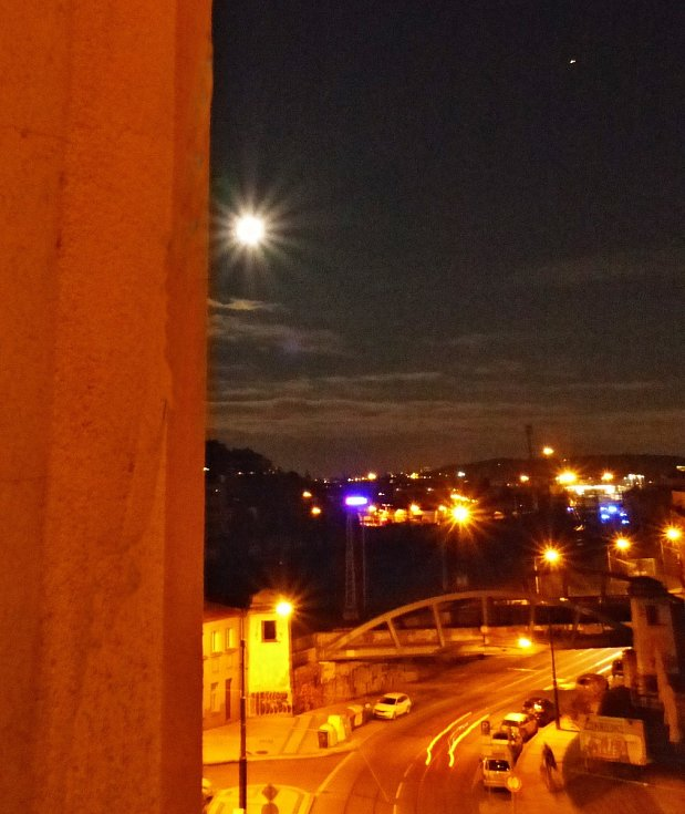 Modrý úplněk v Praze nad nádražím Vršovice