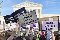 Protest ve Washingtonu proti zákazu potratů.
