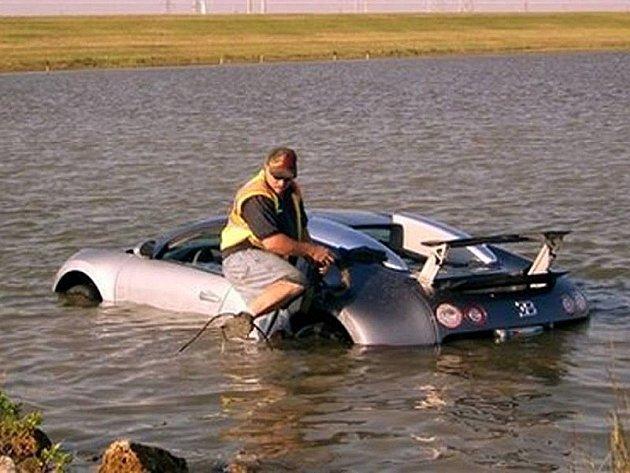 Andy House v roce 2009 poslal svoje Bugatti Veyron do jezera.