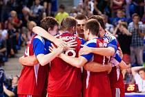 Čeští volejbalisté se radují z vyhraného setu.