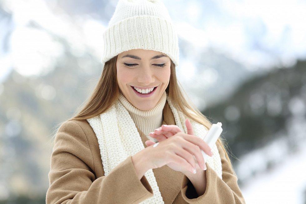 Dobrý je také cold cream. Naneste ho nejlépe půl hodiny, než vyjdete ven, aby měl čas se vstřebat a vytvořit účinný ochranný štít proti mrazu.
