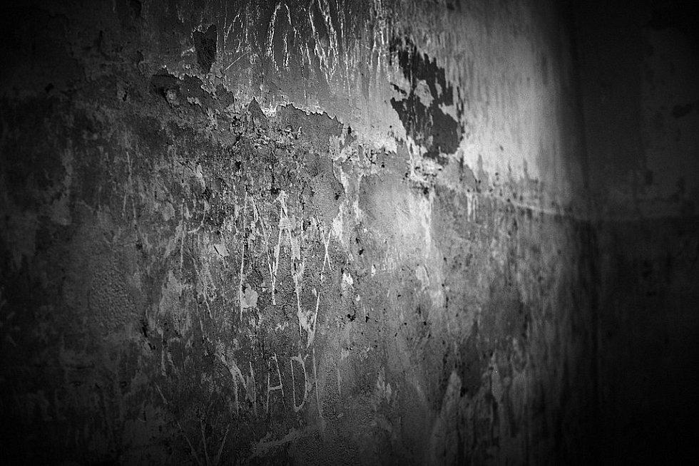 Zeď na vězeňské samotce v Dachau