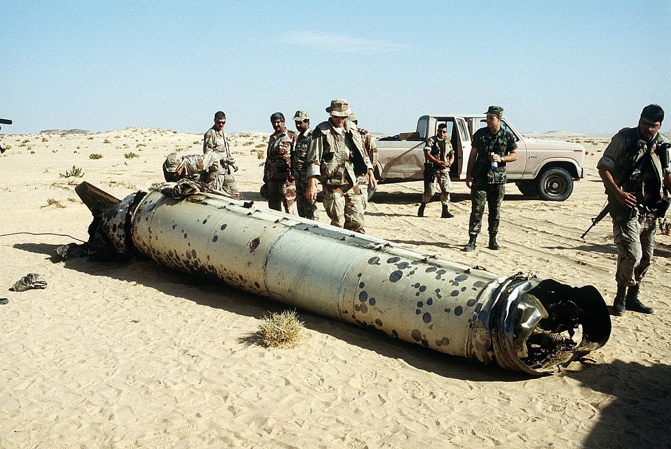 Vojáci zkoumají zbytky rakety Scud