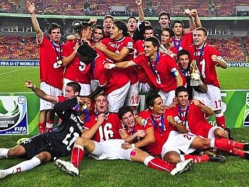 Nadějný švýcarský tým se raduje z překvapivého triumfu..