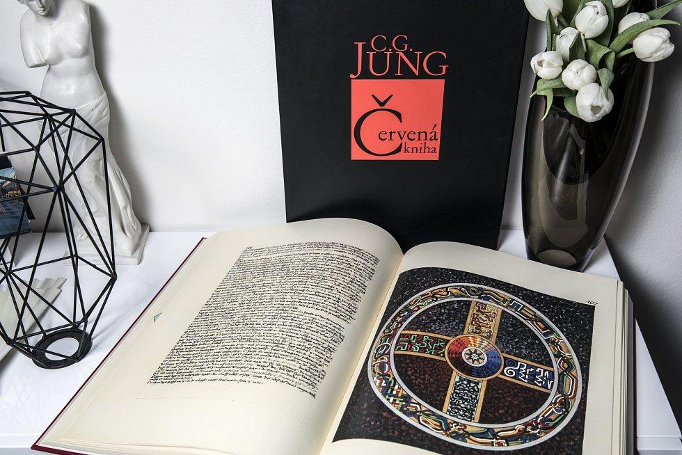 Jungův deníček se zápisky a kresbami svých snů.