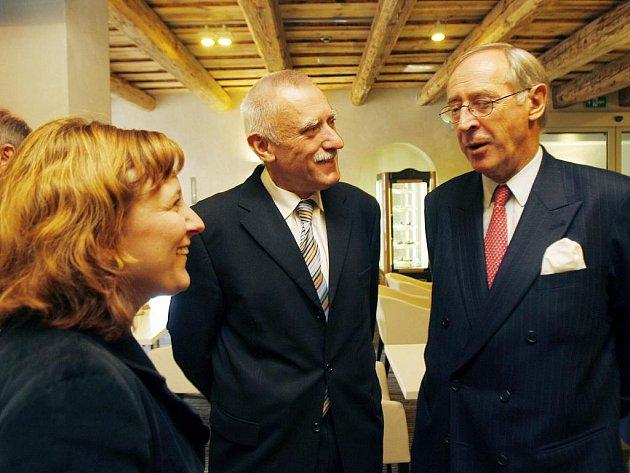 U příležitostí rakouského státního svátku byla v českobudějovickém hotelu Budweis uspořádána recepce za přítomnosti rakouského velvyslance Ferdinanda Trautmansdorffa (vpravo). Na snímku s exhejtman Janem Zahradníkem.