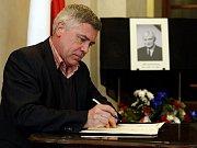 Kondolenční listiny pro poslední rozloučení se senátorem Jiřím Dienstbierem byla 12. listopadu k dispozici v budově Senátu, ve Valdštejnském paláci v Praze. Na snímku senátor Krejča.
