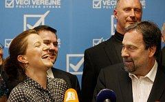 Věci veřejné vystoupily před novináře 8. dubna v Praze. Na snímku nová šéfka poslaneckého klubu Karolína Peake a Radek John.