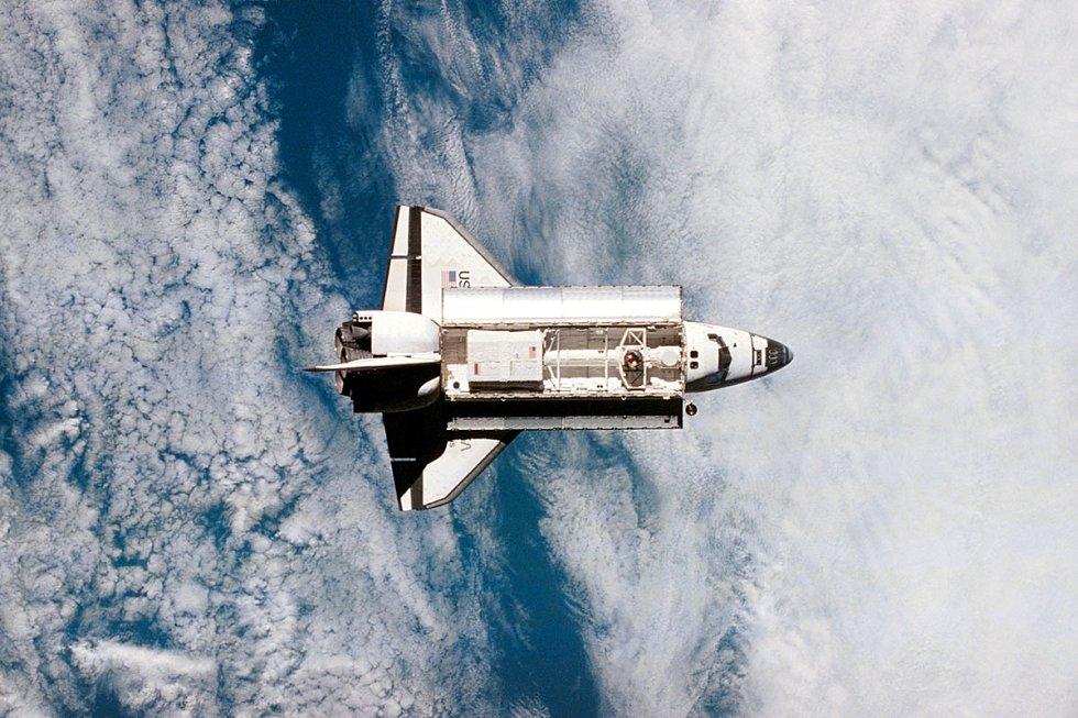 Pohled na raketoplán Atlantis z ruské vesmírné stanice Mir. Atlantis byl vůbec prvním americkým raketoplánem, který přistál u této vesmírné stanice.