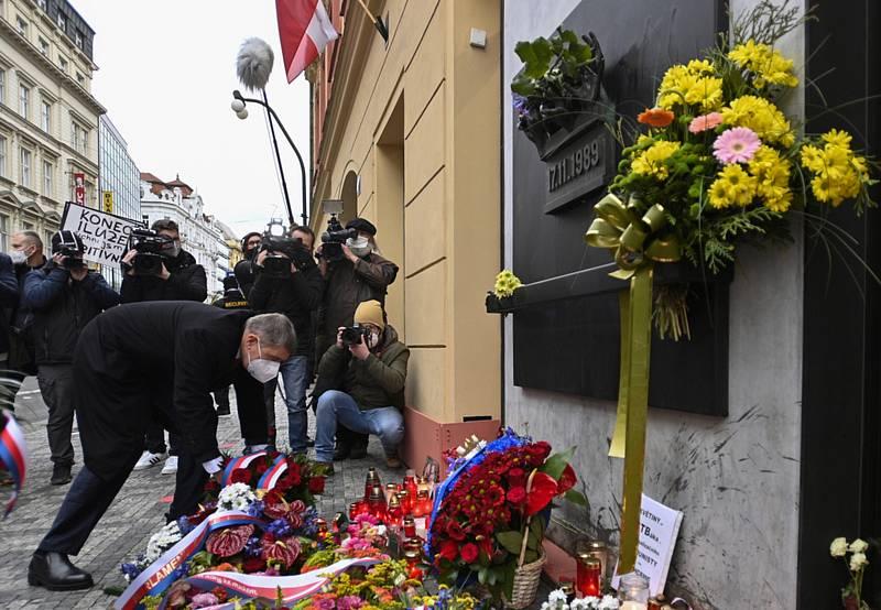 Předseda vlády Andrej Babiš (ANO) 17. listopadu 2020 na Národní třídě v Praze pokládá květinu k pamětní desce při příležitosti Dne boje za svobodu a demokracii