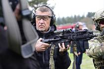 Premiér Andrej Babiš drží v rukou armádní pušku 3. května 2019 ve výcvikové základně Hamry na Prostějovsku při své návštěvě 601. skupiny speciálních sil generála Moravce.