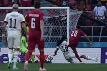 Dánský fotbalista Yussuf Poulsen (vpravo) dává v Kodani gól Belgii.