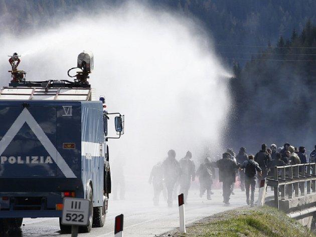 Většinou mladí levicoví radikálové z Itálie se snažili překročit hranici, na níž Rakousko připravuje rozmístění kontrol, jež by měly zastavit případný proud migrantů do země.