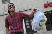 Propouštění Syřané, kteří opouštějí v Česku záchytná zařízení, dostanou od Českého červeného kříže základní humanitární pomoc. Obdrží třeba jídlo, pití nebo hygienické potřeby.