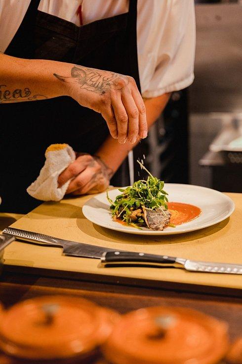 Šéfkuchař vymyslí menu, uvaří ho u sebe doma a vy pak k němu přijdete na večeři. Tak ve zkratce vypadá koncept bytových restaurací.