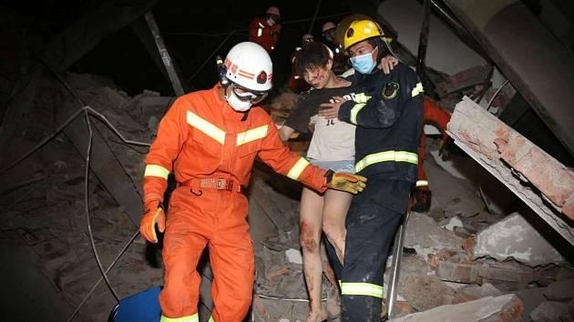 V Číně se zřítil hotel, který sloužil jako karanténa pro osoby nakažené koronavirem