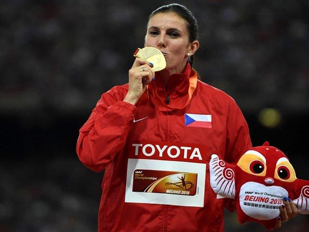 Překážkářka Zuzana Hejnová se zlatou medailí z MS v Pekingu.