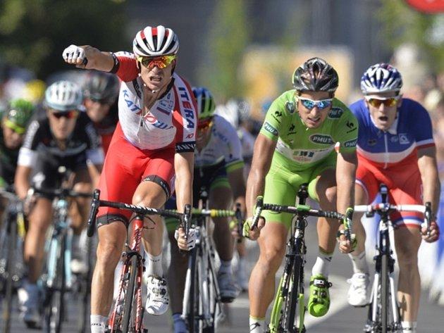 Alexander Kristoff (vlevo) slaví vítězství ve dvanácté etapě Tour de France. Peter Sagan skončil opět těsně druhý (vpravo).