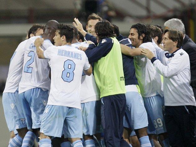 Fotbalisté Lazia Řím se radují z gólu proti Interu Milán.