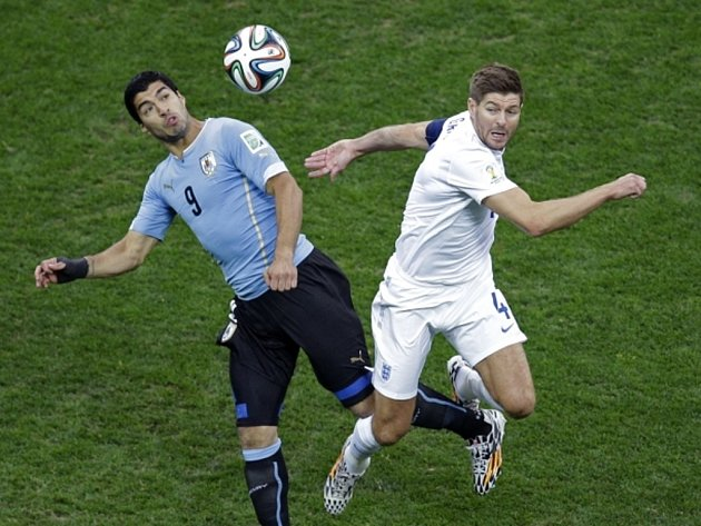 V Liverpoolu kamarádi, na MS soupeři. Luis Suárez z Uruguaye (vlevo) a Steven Gerrard z Anglie.
