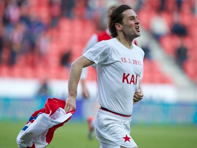 Karol Kisel ze Slavie slaví gól proti Liberci se jménem svého novorozeného syna na tričku.