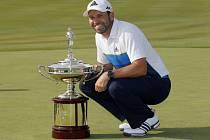 Golfista Sergio García s trofejí pro vítěze turnaje v Irvingu.