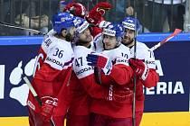 Čeští hokejisté se radují z gólu proti Lotyšsku.