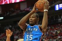 Kevin Durant z Oklahomy vyrovnal rekord Michaela Jordana. Ve čtyřiceti zápasech v řadě dal přes 25 bodů.