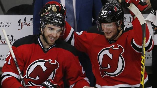 Kyle Palmieri (vlevo) a Pavel Zacha.