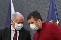 Předseda Ústředního krizového štábu a náměstek ministra zdravotnictví Roman Prymula (vlevo) a ministr vnitra a vicepremiér Jan Hamáček v ochranných rouškách na tiskové konferenci