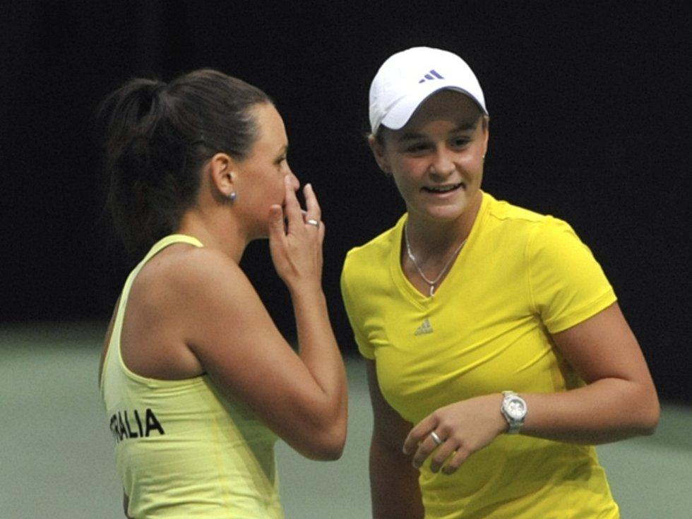 Casey Dellacquaová (vlevo) a Ashleigh Bartyová ve Fed Cupu proti České republice.