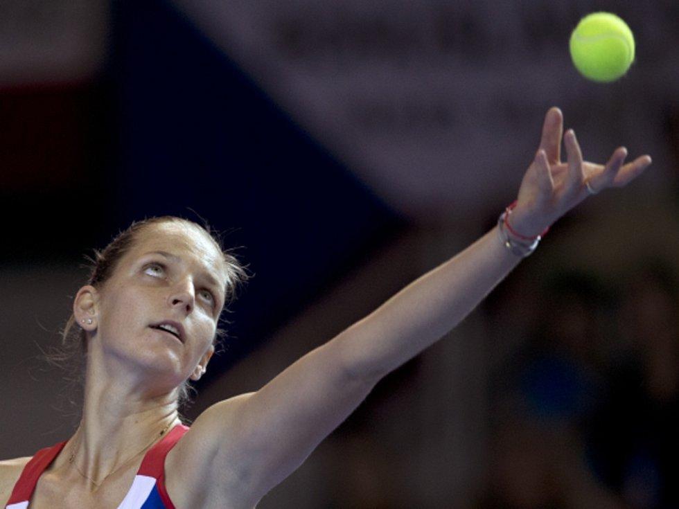 Karolína Plíšková servíruje ve finále Fed Cupu proti Francii.