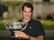 Roger Federer s trofejí pro vítěze Australian Open.