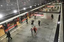 Cestující s rouškami ve stanici pražského metra Muzeum na snímku pořízeném 21. dubna 2020