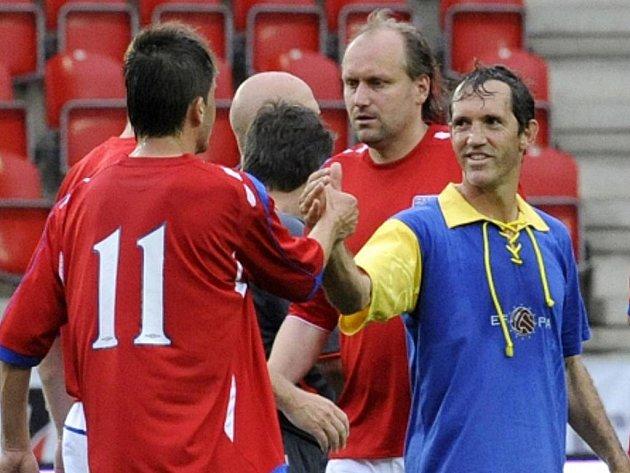 Miroslav Baranek (vlůevo) a Ion Andoni Goikoetxea Lasa na exhibici fotbalových internacionálů Legendy 2011.