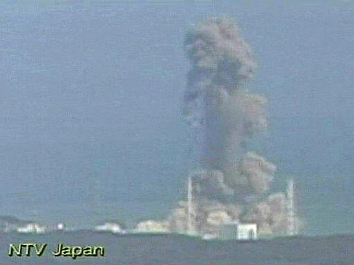 Při pondělním výbuchu v reaktoru 3, který nastal kolem poledne místního času, bylo zraněno 11 osob, jedna z nich vážně. Podle japonské vlády ale pravděpodobně neuniklo velké množství radioaktivního materiálu.